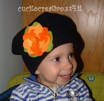cappellino in plie con applicazione in feltro